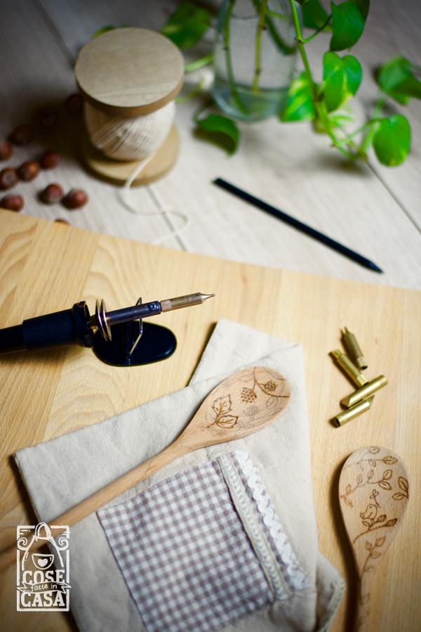 Cucchiaio in legno decorato con il pirografo: la lavorazione del legno.